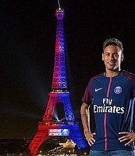 La Torre Eiffel de París se viste de los colores del PSG para dar la bienvenida a Neymar Jr.