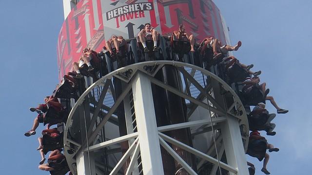 TRIPLE TOWER.  La Hershey Tower una de las tres recientemente inauguradas torres en la que los usuarios caen desde tres diferentes alturas y velocidades.