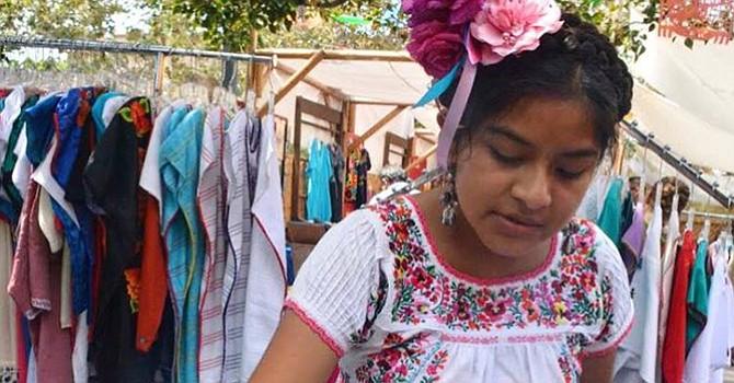 Maria Sabina haciendo colorantes con mezclas naturales./Foto cortesía: Victoria Sanchez.