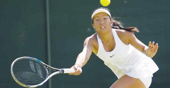 Claire Liu durante uno de sus partidos en Wimblendon, Inglaterra. Foto-Cortesía: Susan Mullane/USTA Southern California Tennis News.
