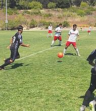 De poder a poder, y con estrategias de alto nivel entre los entrenadores de ambos bandos, se jugó este gran partido de fúbol sóccer entre Aztecs (Campos) y San Diego Real Madrid (Zamora). Foto-Cortesía.