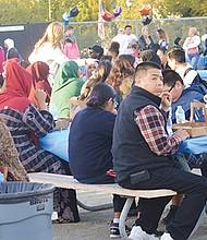 """Familias de migrantes reunidas en demanda de  la ampliación del programa DACA, durante el evento """"Light Celebración"""" (Celebración de la Luz) efectuado a finales del año pasado en Ballard Center en Old Town. Foto-Archivo: Horacio Rentería/El Latino San Diego."""