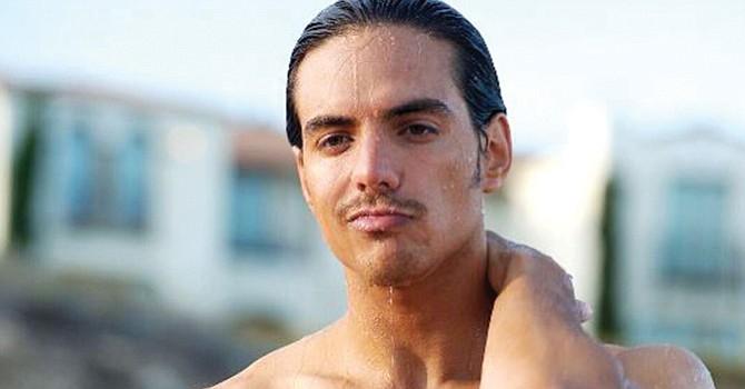 El actor Vadhir Derbez como Máximo, de joven, en How to be a Latin Lover. Foto Cortesía