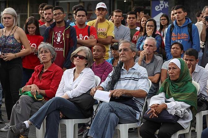 Un grupo de estudiantes universitarios, en compañía de la sociedad civil, participa en una manifestación en contra del gobierno de Venezuela el jueves 10 de agosto de 2017, en Caracas (Venezuela).
