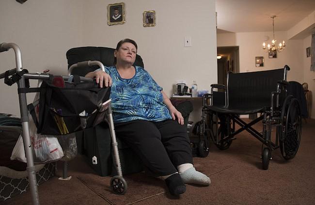 PACIENTE. Carol Emanuele en su casa de Philadelphia. Emanuele fue diagnosticada con diabetes en 2015 y sobrevivió a un melanoma en estadio 4 en sus treinta y pico.