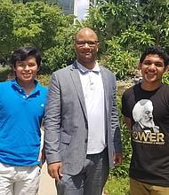JUNTOS. Larry Thomas (centro) con Rocha (izq.) y Cruz (der.), dos de sus pupilos.
