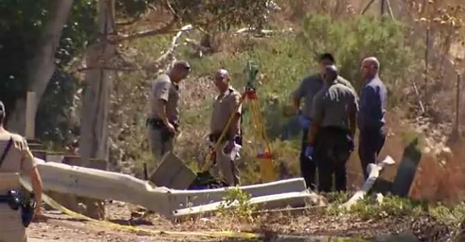 Agentes observan el sitio del accidente. Foto-Cortesía: NBC News 7, San Diego.