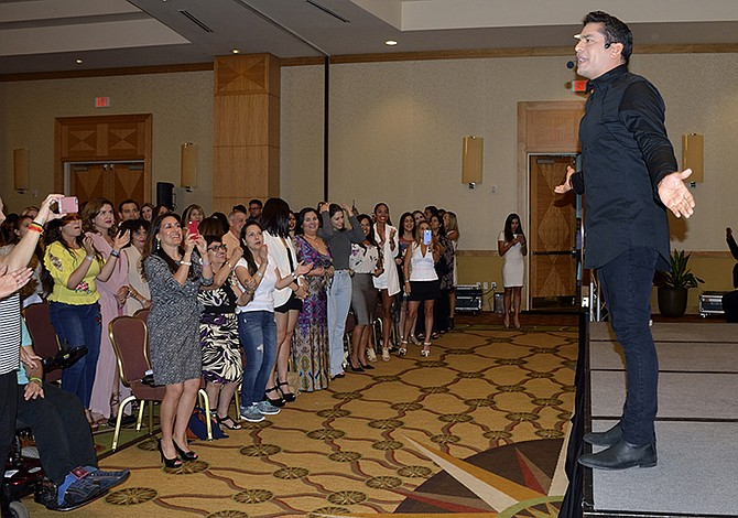 Ismael Cala presenta en Miami parte de su gira