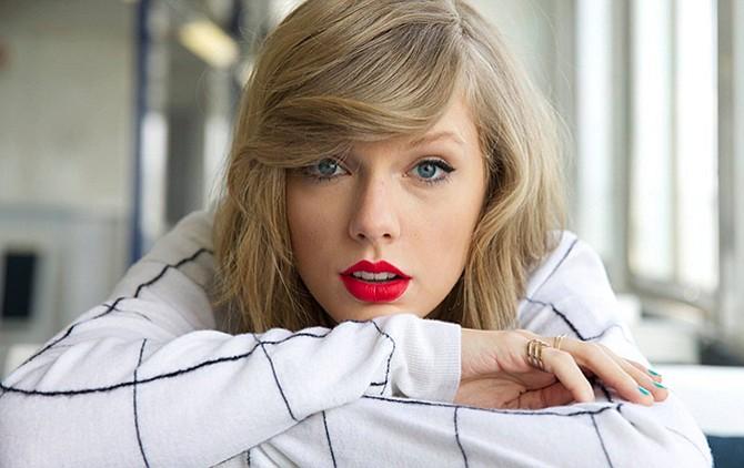 Swift testificó: me agarró prolongadamente el trasero