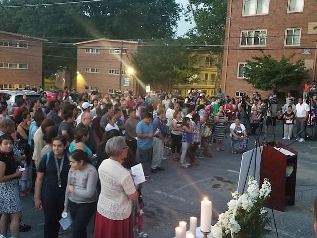 VIGILIA. La comunidad se solidarizó este jueves 10 de agosto con las víctimas de la tragedia de hace un año en los apartamentos Flower Branch en Silver Spring.