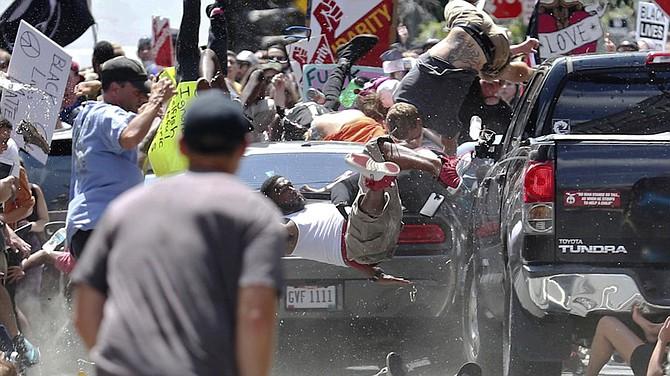 El auto arrolló a las persobas que marchaban en Virginia