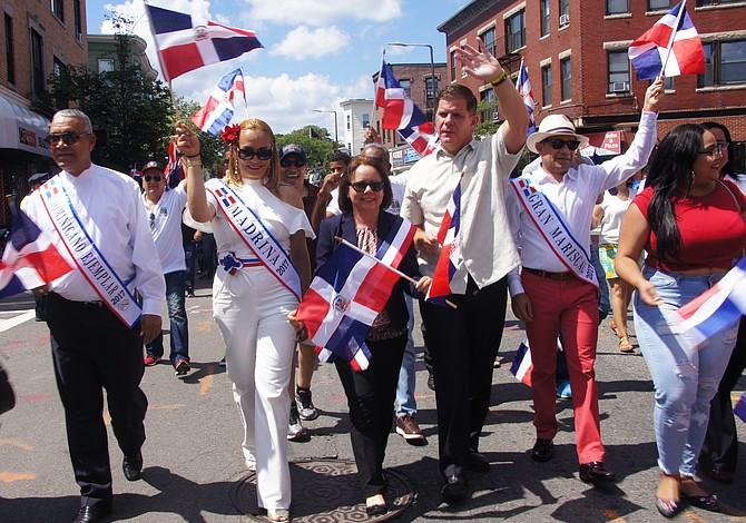 El alcalde Walsh marchó a ritmo latino en el Festival Dominicano de Boston