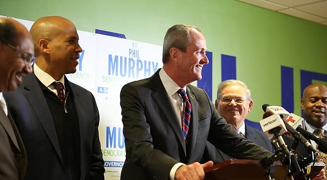 Murphy junto a Cory Booker