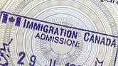 Canadá y Australia países también admiten entre dos y tres veces más inmigrantes cada año que los Estados Unidos, en relación con el tamaño de sus poblaciones.