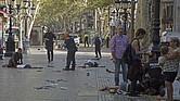 Varias víctimas en el suelo en el lugar del atropello masivo realizado por una furgoneta que ha arrollado esta tarde a varios viandantes que paseaban por las Ramblas de Barcelona. Los Mossos d'Esquadra y los equipos de emergencias sanitarias han desplegado un amplio dispositivo en esta zona, en el centro turístico de la capital catalana, frecuentada a diario por miles de turistas, que ha quedado acordonada.