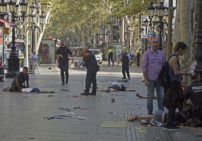 """El """"terror"""" golpeó Barcelona, según Trump. ¿Charlottesville? """"Llámalo como quieras"""""""