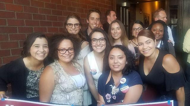 Jóvenes profesionales de Boston agradecen el compromiso del Alcalde Walsh en la creación de empleos y la construcción de una economía que beneficie a todos.