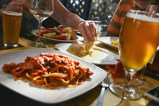 """El restaurante de un millonario colocó una cargo adicional por """"salario mínimo"""", lo cual genero indignación"""
