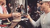 Un reciente evento de Surkus en Los Ángeles atrae a una multitud ansiosa por probar comida y mezclarse.