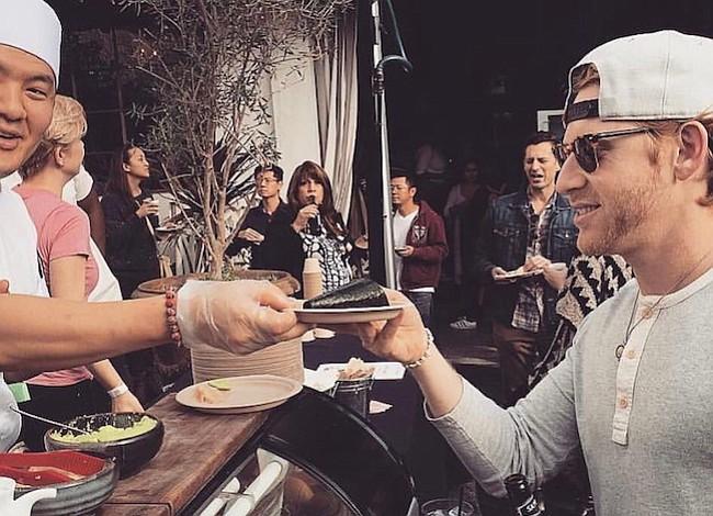 ¿Has visto a los hipsters haciendo fila afuera de nuevos restaurantes? Esta aplicación móvil les paga para que lo hagan