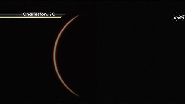 Así inició el eclipse de sol en Charleston, Carolina del Sur. Foto-Cortesía: NASA TV, Public Channel.