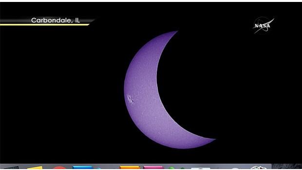 Vista del eclipse solar proporcionado por la NASA, alrededor de las 10:55 horas del Pacífiico, en el estado de de Nebraska y la ciudad de Carbonadale, Illinions. Foto-Cortesía: NASA TV, Public Channel.