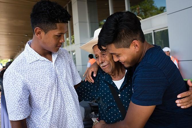 Lizandro Claros Saravia, de 19 años, y su hermano mayor, Diego Claros Saravia, de 22 años, recogen a su abuelo, Pedro Orellana, en el Aeropuerto Internacional de San Salvador el 16 de agosto. Los hermanos, inmigrantes indocumentados de Maryland, fueron deportados el 2 de agosto.