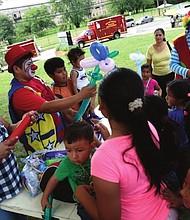 """COMUNIDAD. Jóvenes y familias se divierten y reciben información importante sobre recursos disponibles para su educación en el evento """"Back 2 School Jam""""."""