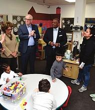 EDUCACIÓN. El ejecutivo del condado durante una visita a CentroNía, uno de los socios comunitarios del programa de educación temprana de las Escuelas Públicas de Prince George's.