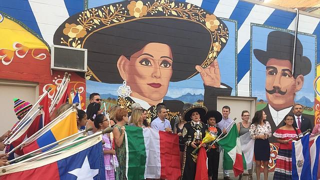 Verónica Robles con su vestimenta de mariachi, en la ceremonia  en la que fue develado el mural