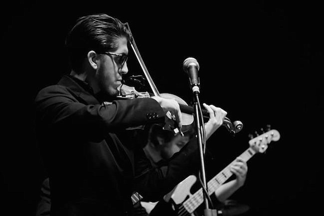 Violinista venezolano comparte su música con el mundo