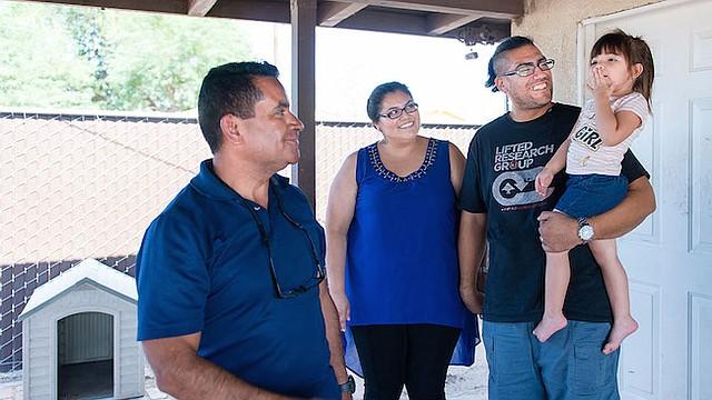 """Rosendo Gil, quien fue enfermero en su natal México, dijo que es crucial ganarse la confianza de sus clientes. Una pareja a la que ha ayudado, Blas López y Lluvia Padilla, dicen que, en los últimos tres años, Gil les ha enseñado cómo cuidar mejor de su hija Lelaine (los tres en la foto con Gil). """"Contamos con él"""", dijeron."""