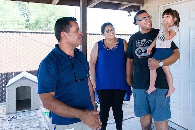 Con visitas a domicilio ayudan a padres latinos a criar hijos más sanos