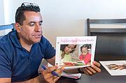Rosendo Gil, trabajador de apoyo familiar del Imperial County Home Visiting Program, ayuda a nuevos padres a criar a sus niños y a superar la pobreza, el abuso de sustancias, la depresión y la violencia doméstica.