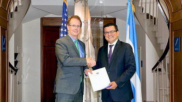 ENTREGA. Como parte de su visita de trabajo a Washington D.C., el canciller de la República de El Salvador, Hugo Martínez (Der.), entregó el jueves 24 a las autoridades del Departamento de Seguridad de los Estados Unidos (DHS), una carta en la que se solicita la extensión del Estatus de Protección Temporal (TPS, por sus siglas en inglés), medida que beneficia a 190 mil salvadoreños que residen en esa nación y que vence el 8 de marzo de 2018.