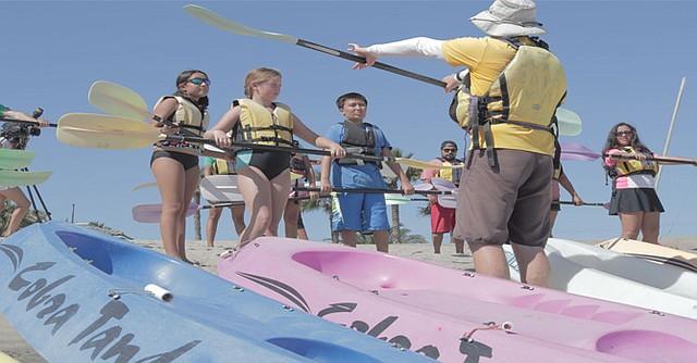 Niños atienden a la orientación del instructor. Foto-Cortesía.