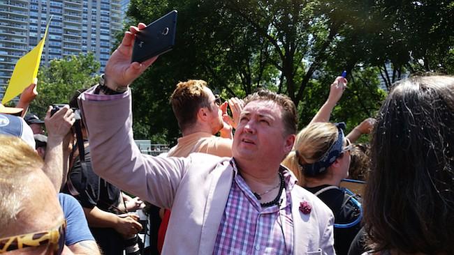 """Tony McAleer participa de la marcha """"Fight Supremacy! Boston Counter-Protest & Resistance Rally"""", en Boston, el 19 de agosto. McAleer fue durante 15 años reclutador para White Aryan Resistance antes de ser uno de los fundadores de la organización sin fines de lucro Life After Hate."""