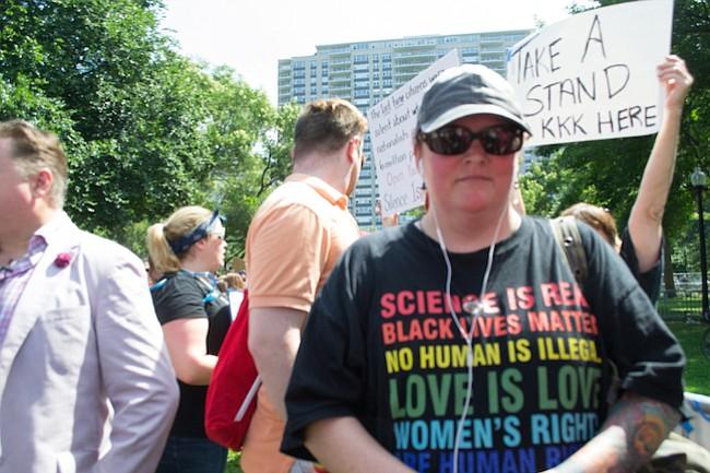 Angela King participa de la marcha en contra del odio en Boston el 19 de agosto. King, ex neo nazi, fue condenada a tres años de cárcel cuando tenía 23 por un crimen de odio. Es co fundadora de Life After Hate.