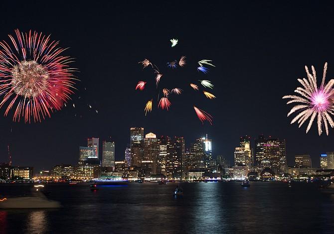 Fiesta para despedir el verano con barcos y fuegos artificiales