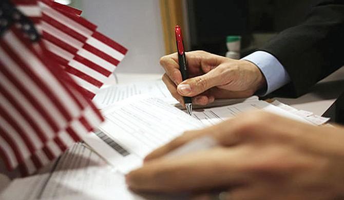 Recuerde firmar sus formularios migratorios