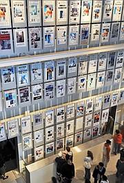 Los visitantes del Newseum miran las primeras páginas de los periódicos del 11 de septiembre de 2001.