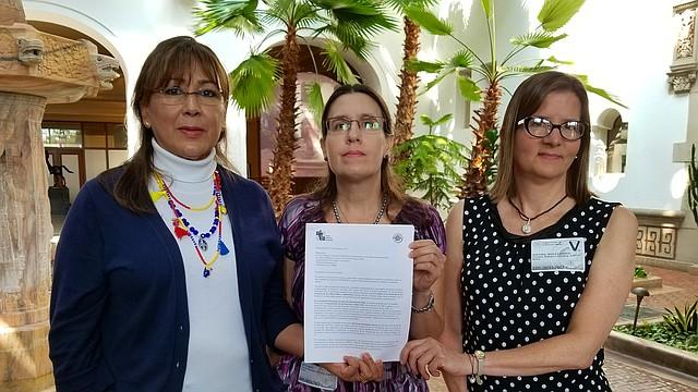 Astrid Gamez, María Brito y María E. Guevara muestran el documento introducido ante la OEA   Foto: Ricardo Sánchez-Silva