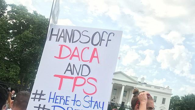 Yurexi Quinones, 24, izq, de Manassas, Va., protesta al frente de la Casa Blanca el martes. Su familia es de México y ella es una beneficiaria del DACA. Ana Rice, 18, de Manassas, está a la derecha. FOTO: Sarah L. Voisin/The Washington Post