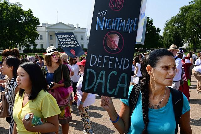 Los partidarios de DACA preparándose para marchar frente a la Casa Blanca el martes.