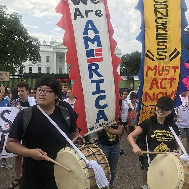 PROTESTA. Simpatizantes de los DREAMers protestan frente a la Casa Blanca.