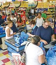 El gasto personal de los consumidores en Estados Unidos aumentó 0.3% en Julio, impulsado por la baja inflación y alzas salariales, indicó el Departamento de Comercio: (EFE/SA).