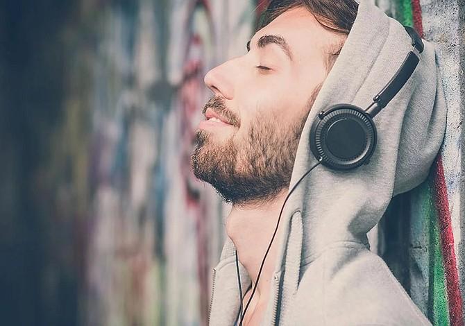Escuchar música alegre alimenta la creatividad