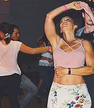 Melanie Hanie y Will Thornbury, bailando en el auditorio principal, a ritmo de salsa./ Foto: Netzai Sanchez/El Latino.