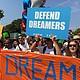 PROTESTA. Manifestantes enfrente de la Casa Blanca el martes 5 de septiembre de 2017 instantes antes de realizar una marcha de protesta por la eliminación del DACA que anunció esa mañana el Gobierno de Donald Trump.