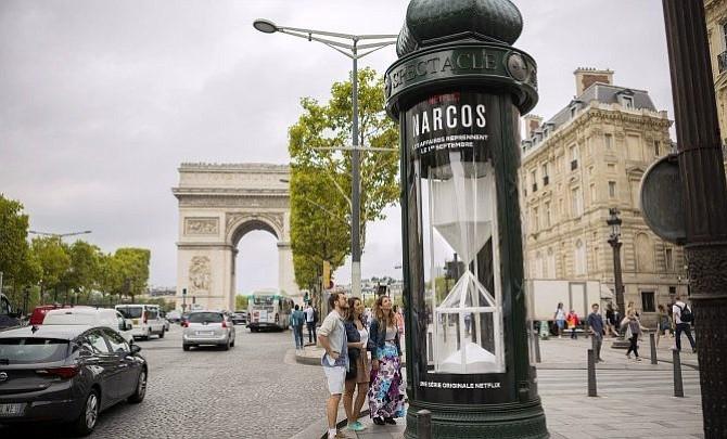 """Un reloj de """"cocaína"""" gigante hace la cuenta atrás de Narcos en París"""